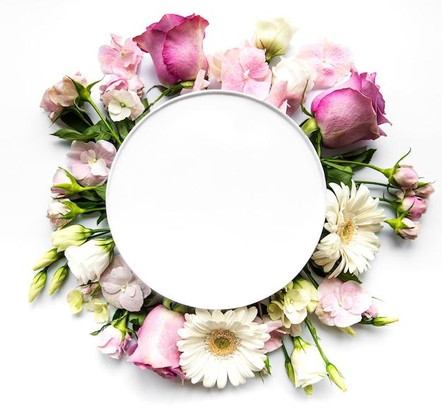 Rosa blumen im runden rahmen mit weißem kreis für text