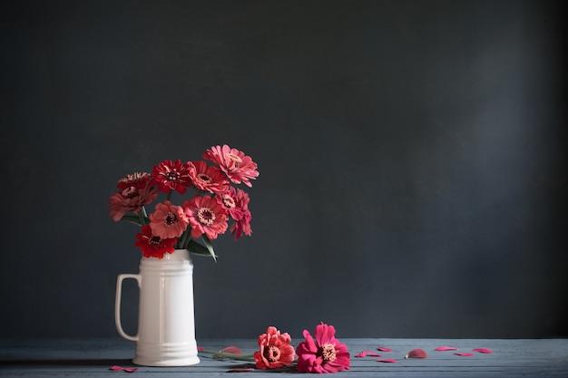 Rosa blumen im weißen krug