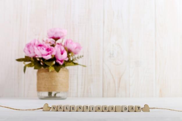 Rosa blumen in einer vase auf dem tisch