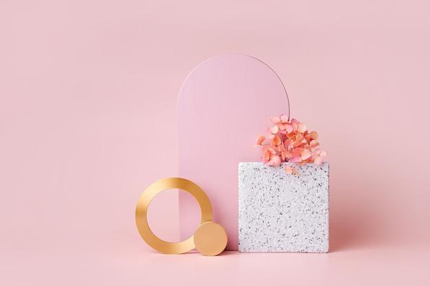Rosa bogen und goldene runden mit blumen auf rosa hintergrund. stilvoller hintergrund mit geometrischen formen für die präsentation von kosmetikprodukten