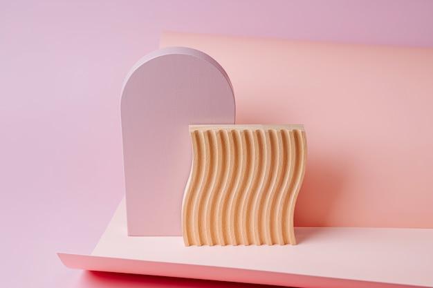 Rosa bogen und holzplatte mit wellen auf papierhintergrund. stilvoller hintergrund mit verschiedenen geometrischen formen