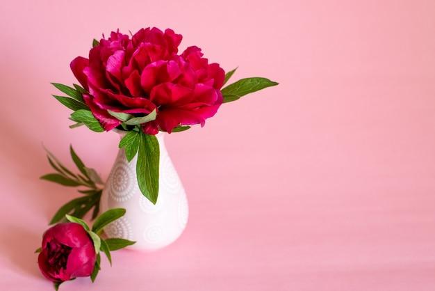 Rosa bouquet von pfingstrosen mit süßigkeiten in pastellfarben