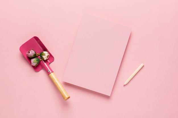 Rosa brief mit blumen