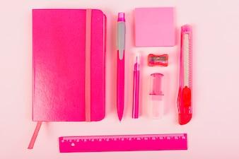 Rosa Briefpapier auf dem Schreibtisch