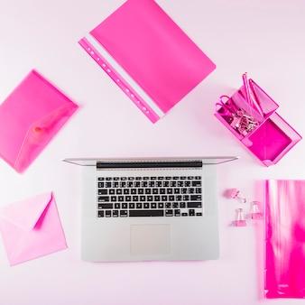 Rosa briefpapier um laptop