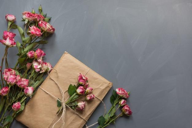 Rosa buschrosen und geschenk für frauen im kraftpapier