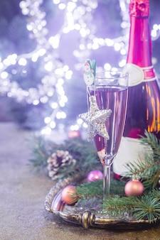 Rosa champagner im glas und weihnachtsschmuck