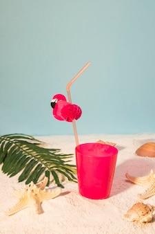 Rosa cocktail am sandstrand