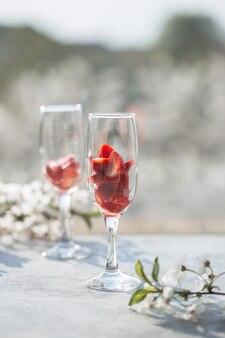 Rosa cocktail mit champagner oder prosecco und frischen himbeeren
