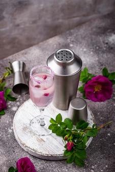 Rosa cocktail mit champagner und rosensirup