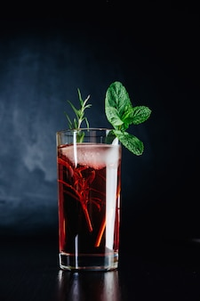 Rosa cocktail mit minze und rosmarin