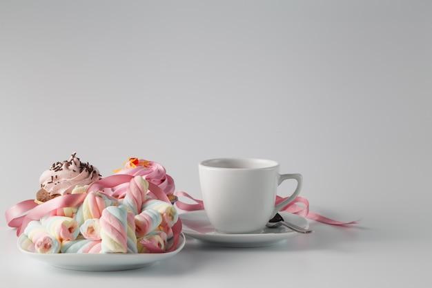 Rosa cupcake mit teetasse