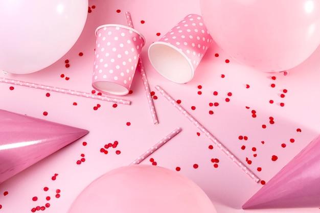 Rosa dekorationen der draufsicht auf tisch