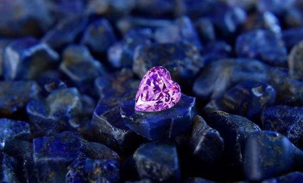 Rosa diamanten sind wertvoll, teuer und selten. für die herstellung von schmuck