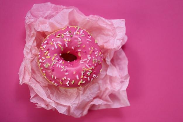 Rosa donut auf einer hellen fuchsie