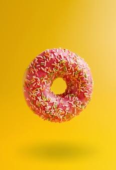 Rosa donut auf gelbem hintergrund