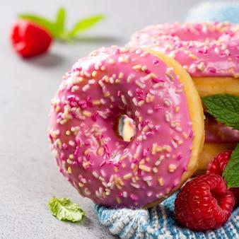 Rosa donuts auf grauem hintergrund