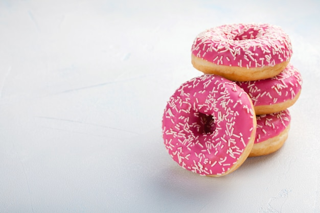 Rosa donuts in puderzucker.