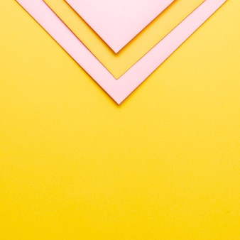 Rosa dreieckige papierblätter mit kopienraum