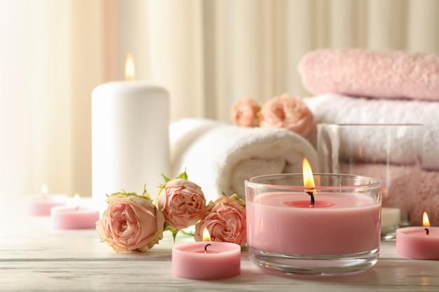 Rosa duftkerzen auf weißem holzhintergrund