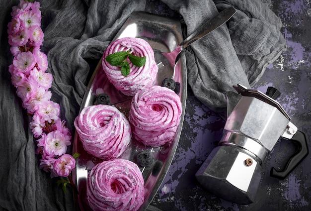 Rosa eibische auf einer eisenplatte und einem kessel für kaffee