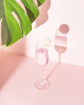 Rosa erfrischungsgetränk auf hellem pastellhintergrund. sommerparty-cocktail- oder alkoholkonzeptszene.