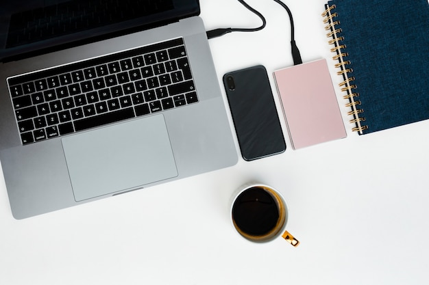 Rosa externe festplatte, die an einen laptop angeschlossen wird