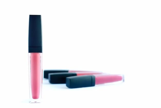Rosa farbe der flüssigen lippenstifte auf weißem hintergrund.