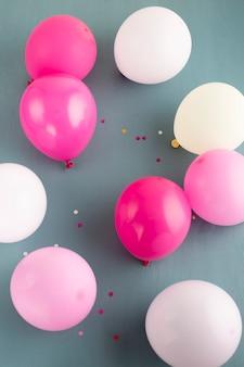 Rosa farbige luftballons auf dem boden