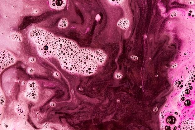 Rosa flüssigkeit mit schaum