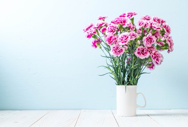 Rosa frühlingsblume auf hölzernem hintergrund