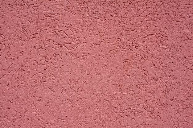 Rosa, gebrochene farbe auf zerfallenden häusern der alten wand