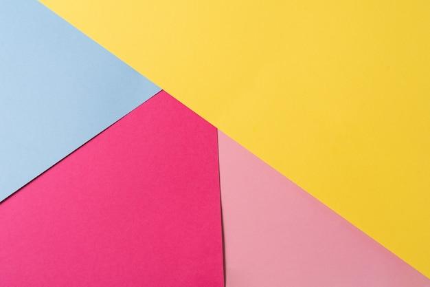 Rosa, gelbes und blaues abstraktes papier mit geometrischer form zur verwendung als hintergrund.
