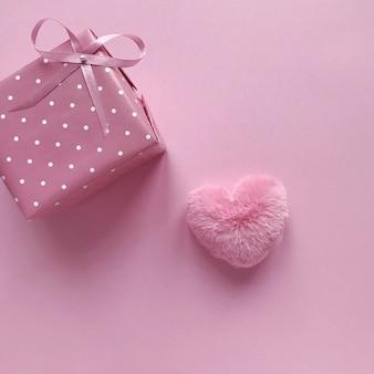 Rosa geschenk mit bogen für valentinstag und geburtstag
