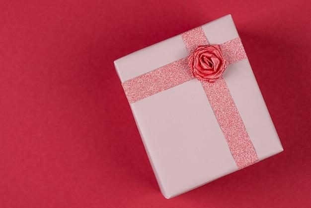 Rosa geschenk mit rose, flache lage, ansicht von oben.
