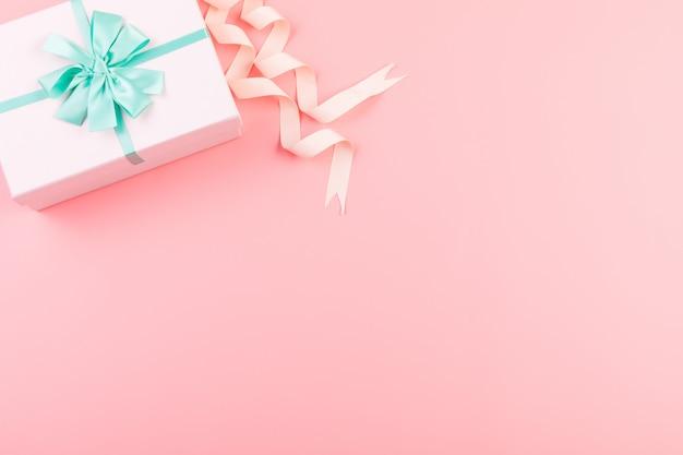 Rosa geschenkbox auf rosa hintergrund