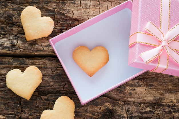 Rosa geschenkbox mit herzförmige plätzchen