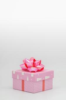 Rosa geschenkbox mit rosa schleife auf weißem hintergrund herzlichen glückwunsch zu verschiedenen anlässen - bilder