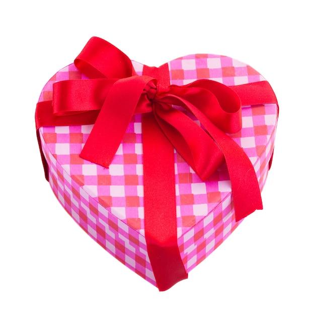 Rosa geschenkbox mit rotem band in form des herzens lokalisiert