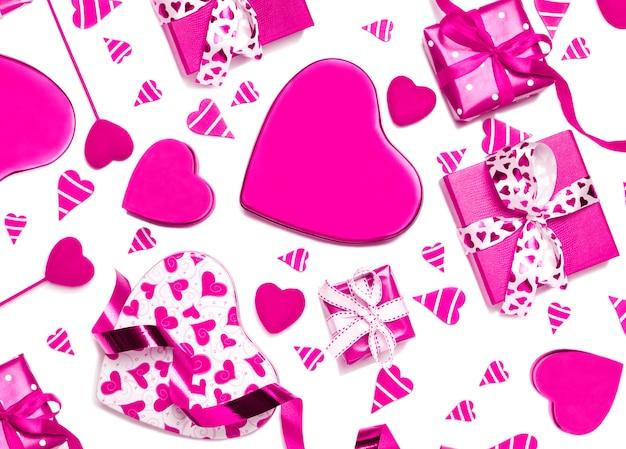 Rosa geschenkboxen und rosa herzen lokalisiert auf weißem hintergrund. valentinstag-konzept