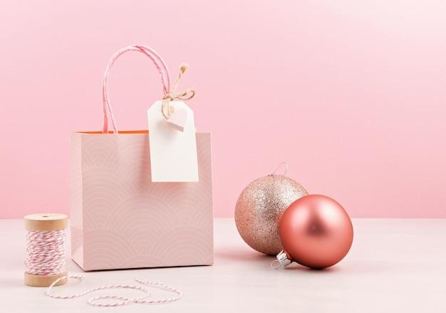 Rosa geschenktüte. weihnachtseinkaufskonzept