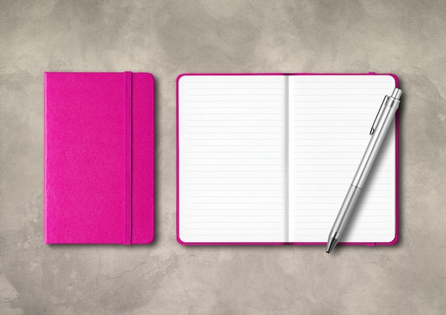 Rosa geschlossene und offene notizbücher mit einem stift