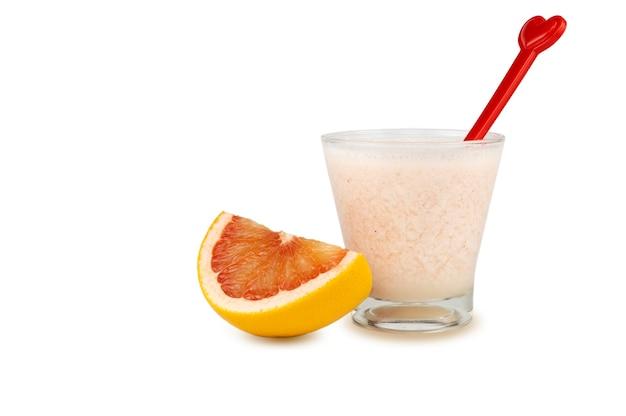 Rosa grapefruit-smoothie, isoliert auf weißem hintergrund mit beschneidungspfaden zu themen und schatten.