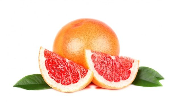 Rosa grapefruit und scheiben lokalisiert auf weißem raum mit beschneidungspfad. isolierte grapefruits. frische grapefruit mit grünen blättern isoliert.