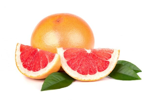 Rosa grapefruit und scheiben lokalisiert mit beschneidungsweg. isolierte grapefruits. frische grapefruit mit grünen blättern isoliert.