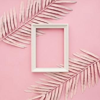 Rosa grenze verlässt auf rosa hintergrund mit leerem rahmen