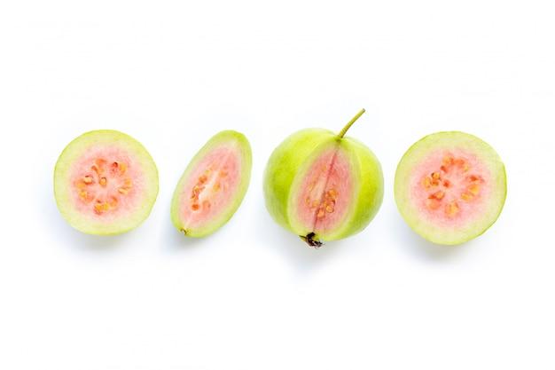 Rosa guavenfrucht auf weißem hintergrund.