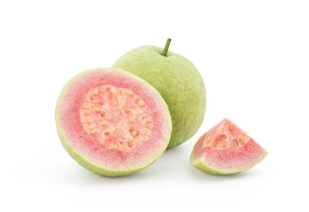 Rosa guavenfrüchte lokalisiert auf weißem hintergrund mit beschneidungspfad.