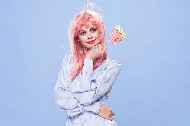 Rosa haarperücke der schönen frau der geburtstagstorte