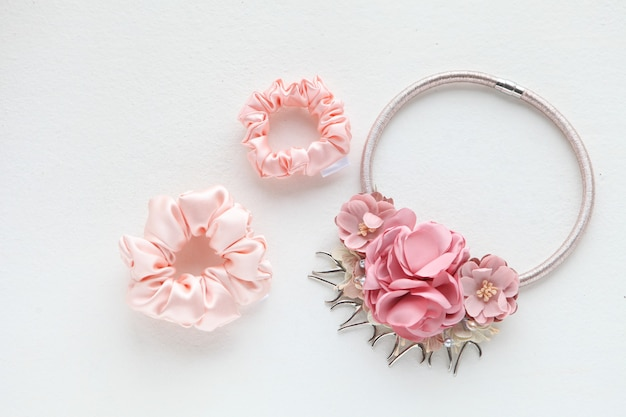 Rosa haarschmuck mit rosen seidenrosa haargummi auf weißem hintergrund flach